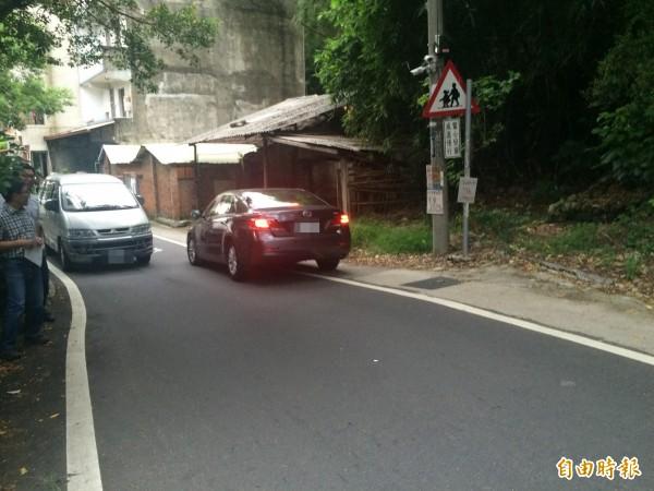 新竹市光復路1段525巷道,過去數十年來,因轉彎處僅3.5米寬,會車困難形成交通「盲腸結」。(記者王駿杰攝)