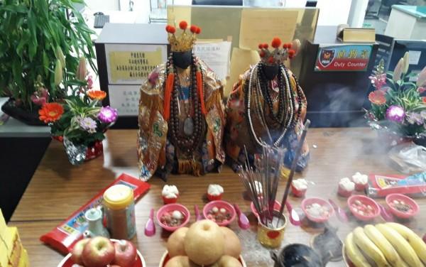 六甲赤山龍湖巖的騎哮媽(左)、開基老三媽(右)。(記者楊金城翻攝)