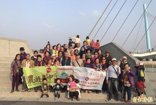 農業旅遊「芋見海風情」,帶民眾到高美濕地,欣賞濱海生態景致。(記者黃鐘山攝)