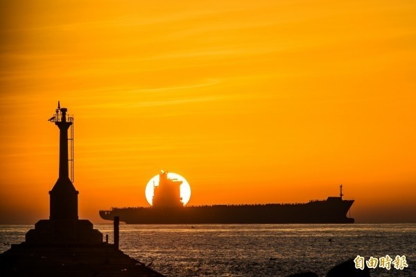 台灣本島最後一抹夕陽出現在西子灣,圖為去年12月31日的西子灣夕陽。(資料照,記者張忠義攝)