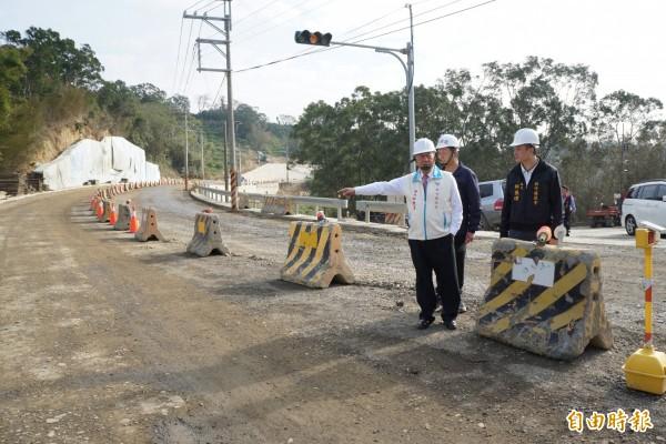 新竹縣政府正辦理寶山鄉竹43線三峰路第1期拓寬工程,將原本約7公尺寬的雙向2線道,拓寬為15公尺寬的4線道,預定明年元月底完工。(記者廖雪茹攝)