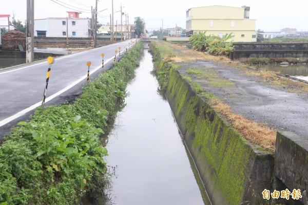 永美農路2段民國57年市地重劃後,產業道路就已荒廢,甚至變成許多民眾種菜的地方,由於水利溝渠位在產業道路與農路之間。(記者林敬倫攝)