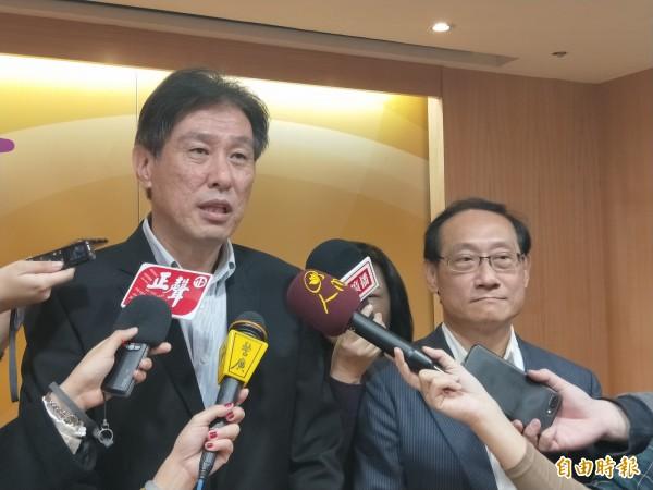 新北市交通局長王聲威(左)與台北市交通局長陳學台,共同宣布快速、跳蛙公車轉乘一般公車優惠措施。(記者何玉華攝)