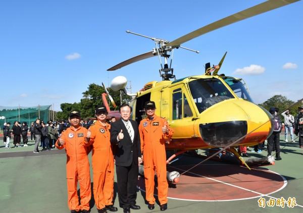 萬能科技大學校長莊暢(右2)代表受贈UH-1H直升機。(記者李容萍攝)