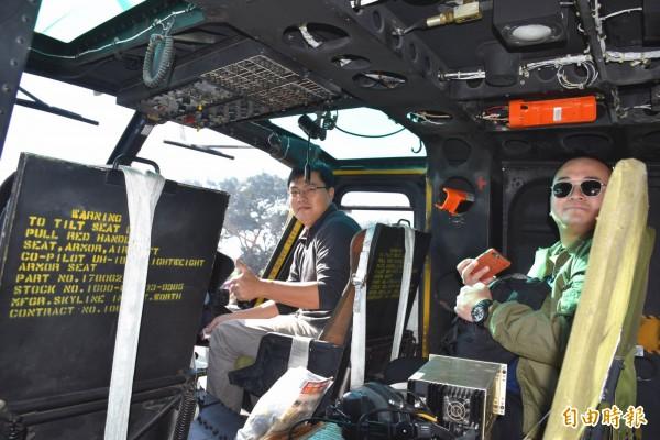 萬能科技大學師生、空迷進入機艙近距離打探UH-1H直升機。(記者李容萍攝)