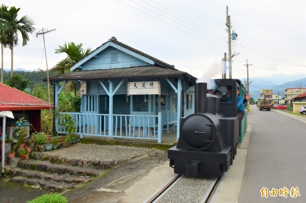 宜蘭縣三星鄉公所打造的復刻版林鐵小火車,今重回天送埤車站載客試車。(記者張議晨攝)