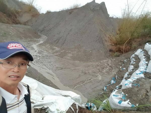牛埔里長陳永和質疑臨時沉沙池竟在河床上,而河床和出水口高度是一樣的,真是離譜!(圖由陳永和提供)
