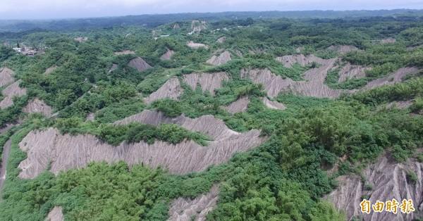 龍崎區世界級的白堊泥岩地形景觀,竟要蓋廢棄物掩埋場。(資料照,記者蔡文居攝)