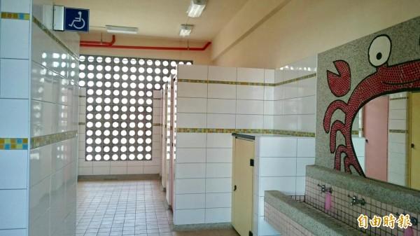 土城國小廁所結合學校特色,呈現台江環境意象。(記者洪瑞琴攝)
