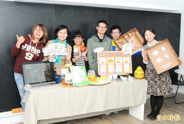 靜宜大學師生「建構幸福銀髮生態圈」計畫,到社區實作。(記者張軒哲攝)