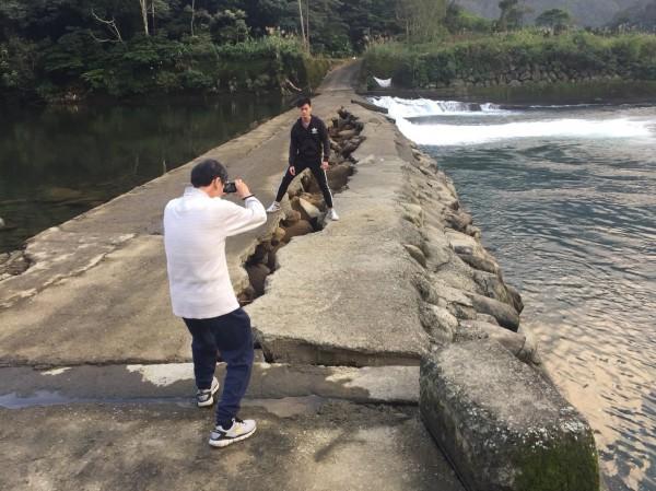 坪林一處過水路崩裂,竟成遊客觀光景點。(民眾提供)