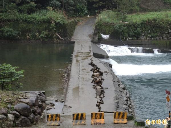 過水路未盡快修復,恐影響民眾安全。(記者翁聿煌攝)