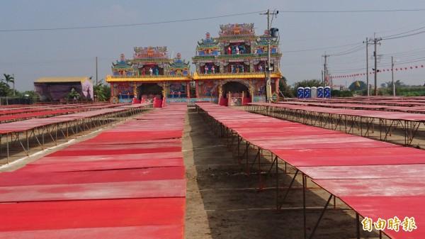 鹽水大豐南天宮舉辦「百年首醮」,各首會普度場已布置完成。(記者楊金城攝)