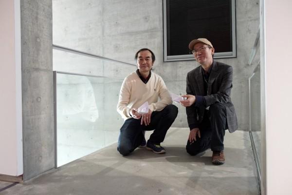 配合王勝(左)畫船,館方在3樓小空橋設「夢想交換站」,讓參觀者摺紙船並寫上夢想。(毓繡美術館提供)