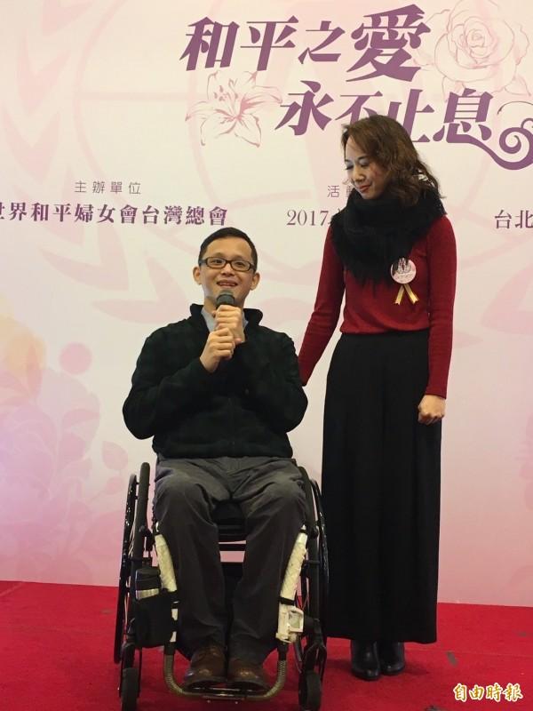 「鋼鐵人醫生」許超彥(左)及黃述忱(右)夫婦感謝彼此。(記者楊綿傑攝)