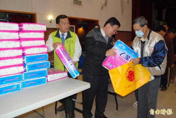 彰化市長邱建富(中)協助發放親慈慈善會捐贈的民生物資給低收入戶。(記者湯世名攝)