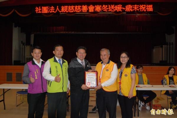 彰化市長邱建富(中)頒發感謝狀給親慈慈善會理事長尤麗輝(右2)。(記者湯世名攝)
