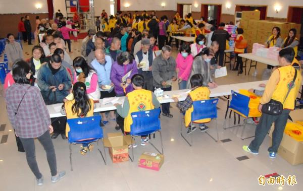 親慈慈善會在彰化市介壽生活藝文館發放民生物資,現場充滿溫暖。(記者湯世名攝)