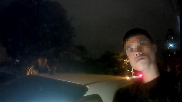 林男最後被帶回警所查出是通緝犯解送歸案。(記者許國楨翻攝)