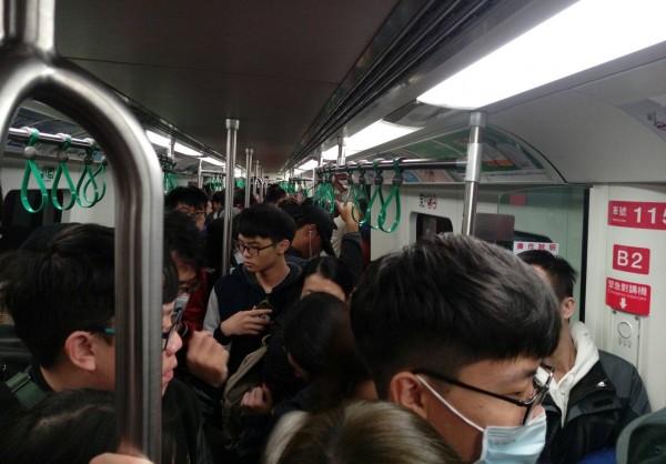 高雄捷運跨年當天車廂內滿載場景。(記者王榮祥翻攝)