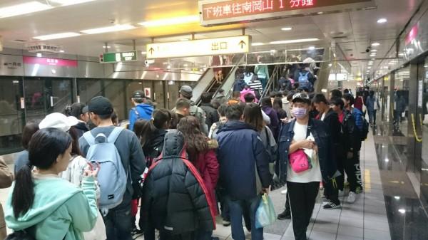 高捷各車站在跨年當天湧現人潮。(記者王榮祥翻攝)
