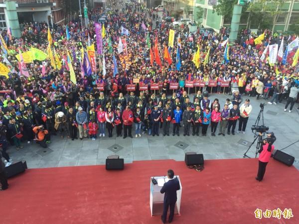 新竹市107年元旦升旗典禮上午7點半在市府前廣場舉行,今年首次有幻象戰機在天空衝天賀新年,讓在場民眾歡呼聲四起,一起迎接幸福的第一天。(記者洪美秀攝)