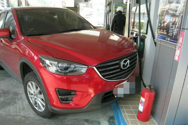 女車主以為車子被偷,其實是滑進加油站了。(記者鄭淑婷翻攝)