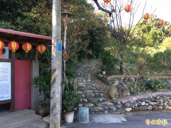 廟旁的疊石步道約四十公尺,缺乏明顯的步道出入口。(記者魏瑾筠攝)