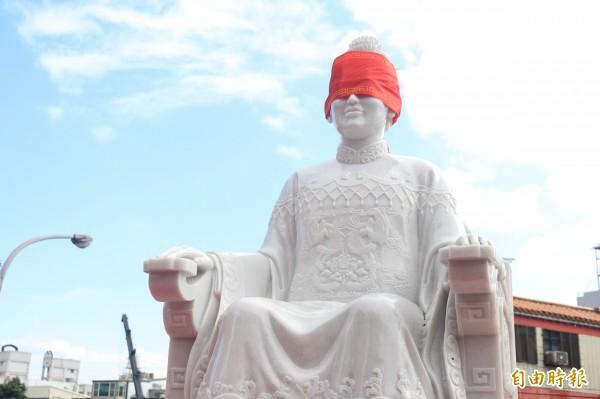 用緬甸漢白玉製作而成的關夫人像,就耗資約500萬元,重達2頓。(記者林敬倫攝)