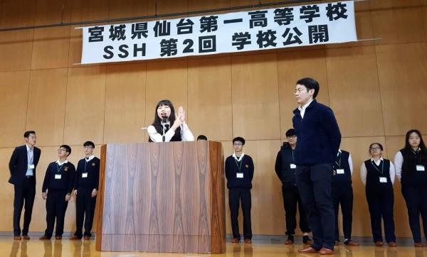 南投縣國立南投高中參與「日本櫻花科技計畫」的學生代表施枚均(比手勢者),在講台上以流暢的英文對日本仙台第一高校師生介紹台灣。(記者謝介裕翻攝)