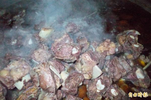 孫叔叔牛肉麵大鍋燉煮的帶骨牛肉塊,富有筋及油脂,經過4小時已經骨酥肉軟,口感超棒。(記者花孟璟攝)
