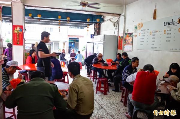 非假日的中午,距離花蓮市30公里的孫叔叔牛肉麵,仍然擠滿饕客。(記者花孟璟攝)