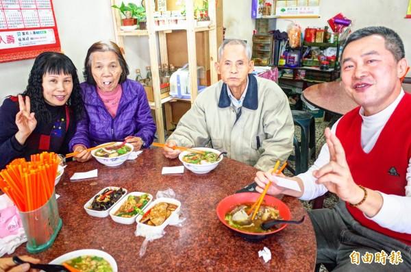 住在台北的彭增林(右一)帶老婆回娘家花蓮,和老婆、岳父岳母一家特地指定來吃孫叔叔牛肉麵。(記者花孟璟攝)