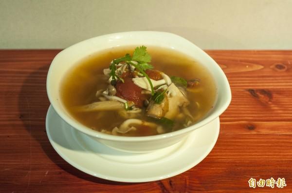 一般的泰式酸辣湯多用蝦子來取甜味,「梵泰蔬食」則是用蕃茄和菌菇類取代。(記者廖雪茹攝)