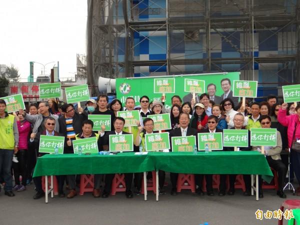 南市南區市議員呂維胤(前排坐者右五)與團隊公布其從政以來第一首競選歌曲。(記者王俊忠攝)