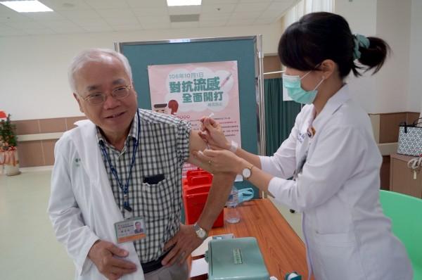 每年流行感冒流行季來臨前,醫療人員都會先接種公費流感疫苗。(記者王俊忠翻攝)