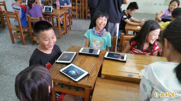 新竹市府推動數位行動學習,希望校方以平板電腦等多媒體,結合教材並運用教學專業及數位行動學習發展更多優質教學。(記者王駿杰攝)