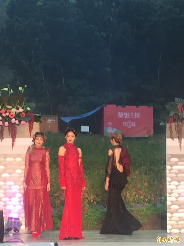 紅藜田間時尚服裝秀。(記者羅欣貞攝)