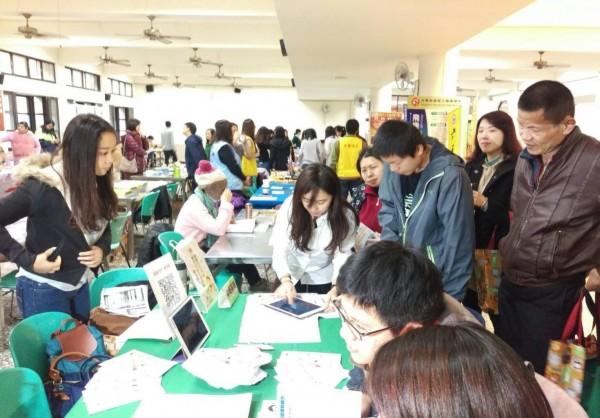 桃園市「身心障礙學生適性輔導安置宣導博覽會」,吸引不少家長到場。(記者謝武雄攝)