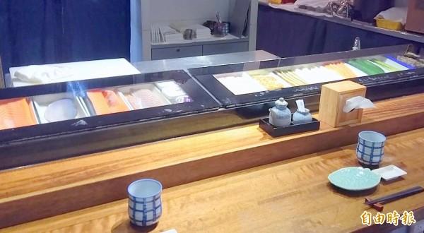 南投市「昭割烹」日本料理店中的冰櫃式吧檯(中),讓人可清楚看到各式各樣新鮮的食材,十分特殊。(記者謝介裕攝)