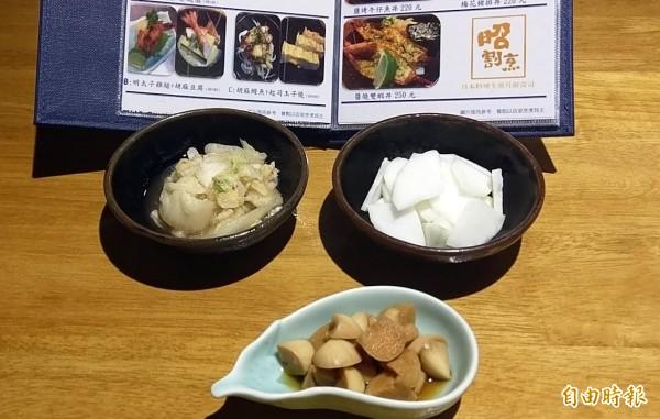 南投市「昭割烹」日本料理店充滿濃厚台灣風味,柚子蘿蔔(右上)、精緻泡菜(左上)及漬蒜頭(下),係店內最具人氣的3樣小菜。(記者謝介裕攝)