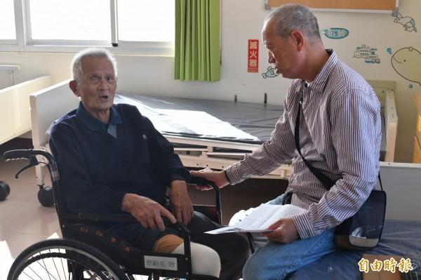 念吉成(右)挖出楊天富(左)深藏心中的海戰故事。(記者蔡宗憲攝)