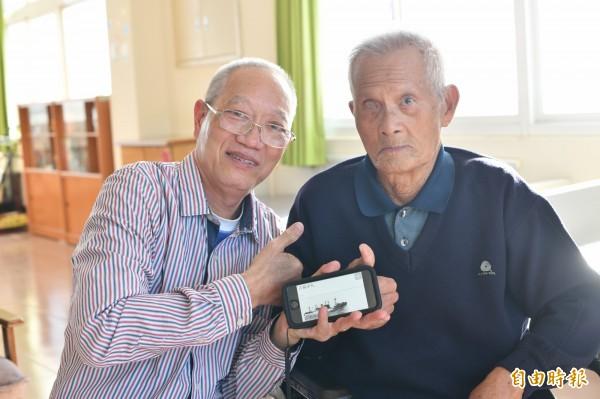 念吉成(左)挖出楊天富(右)深藏心中的海戰故事。(記者蔡宗憲攝)