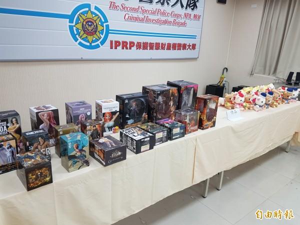 警方查扣300件盜版商品。(記者徐聖倫攝)