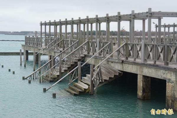 波浪堤的親水公園入水木梯,已塌陷入海民眾不要貿然進入。(記者劉禹慶攝)