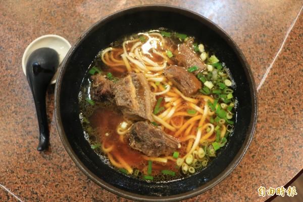 清澈油亮的湯頭配上大塊鮮嫩牛肉塊,再撒上一把蔥花,好滋味讓人念念不忘。(記者鄭名翔攝)