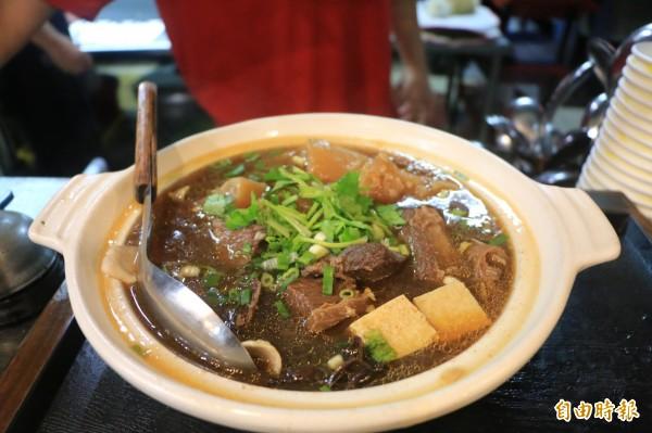 店內招牌的牛腩鍋,湯頭只用大骨、蔬菜及中藥材熬煮,不添加化學原料。(記者鄭名翔攝)
