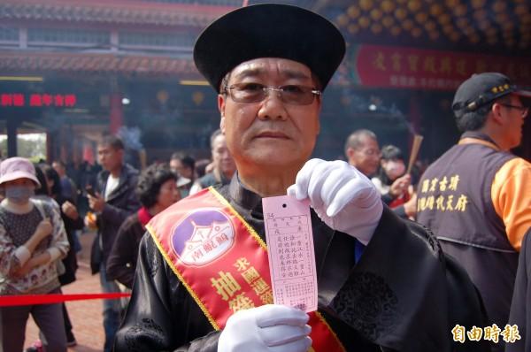 南鯤鯓廟總幹事侯賢遜往年擔任抽籤官。(資料照,記者楊金城攝)