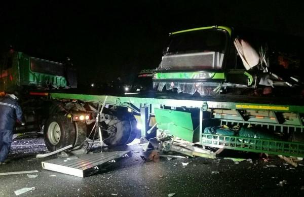 拖板車疑打滑,撞上內側護欄,釀成1死4傷的車禍。(記者黃文瑜翻攝)