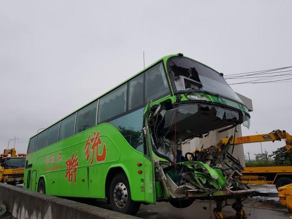 清晨國道車禍統聯77年次邱姓司機當場夾死車內。(記者黃文瑜翻攝)